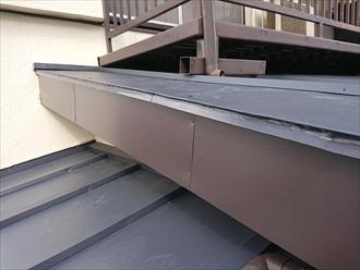 逗子市久木にてベランダ下にある傷んでしまっていた瓦棒葺きの下屋根へガルバリウム鋼板を使用しカバー工事を行いました