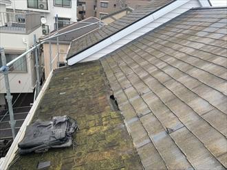 逗子市久木で陥没した屋根の調査、屋根を構築している下地から替える必要がありました