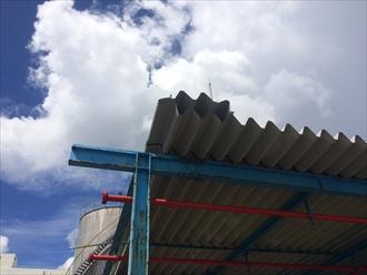 横浜市鶴見区守屋町で工事にある折板屋根の調査、風で捲れ上がっておりました