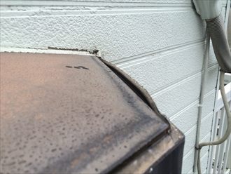 出窓の屋根の縁が捲れ上がっている