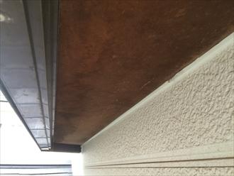 出窓の下端の部品が無くなったしまったことで雨染みが出来てしまっている