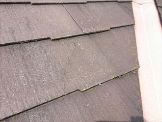 海老名市杉久保北で調査スレート屋根は、ひび割れが多く傷みの進行した状態でした