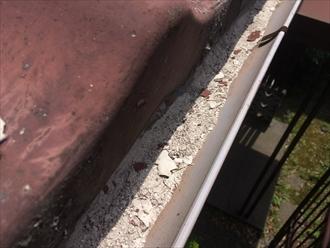 剥がれたセキスイかわらUが軒樋の中に溜まっている