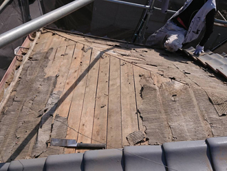 被災箇所の瓦や瓦桟、防水紙を剥がします
