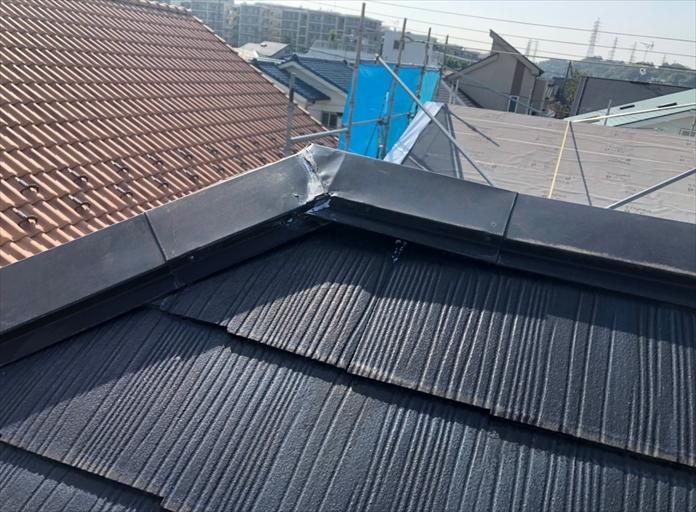 寒川町一之宮で外れかかったスレート屋根の棟板金を、棟板金交換工事で直しました