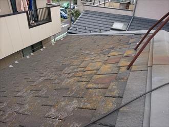 鎌倉市大町では意匠性の高いアーバニーが使用された屋根でしたが経年で大きくクラックが入ってしまい割れてしまっていました
