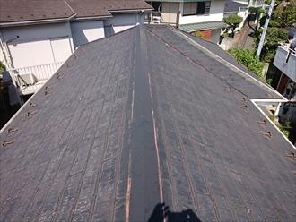 屋根に上がると塗装していない影響で屋根全体が塗膜も薄れており防水性能が消えている事がわかりました