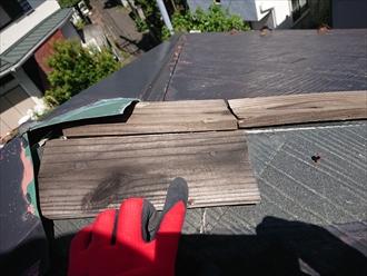 残っている棟板金と貫板の腐食の様子