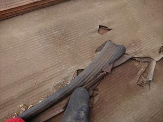 雨水をはじくルーフィングが切れてしまっていては、瓦同士の隙間や棟から入り込んだ雨水を吸って雨漏りしてしまいます