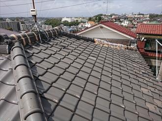 逗子市新宿にて強風により棟の冠瓦が庭先に落下、二次被害が起きないように早めの修繕が必要な状況でした