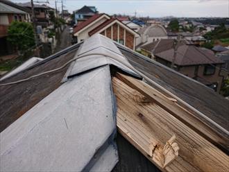 大和市福田にて台風シーズンの強風被害、貫板の腐食による棟板金の飛散は棟板金交換工事で備えましょう