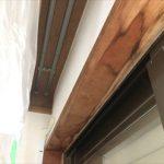窓枠に使用されている木材に雨染み