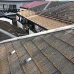 貫板が露出したスレート屋根の棟
