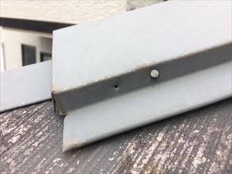 葉山町一色でスレート屋根の点検、棟板金を固定している釘が抜け始めておりました