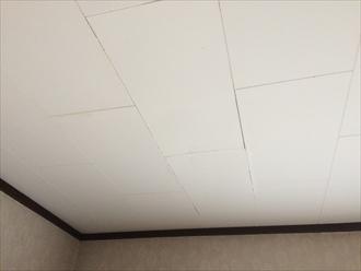 逗子市逗子で2階の天井に染みを発見、天井に出る染みは雨漏りの可能性があります