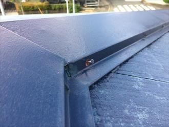 寒川町田端で過去にメンテナンスを行ったスレート屋根の点検、棟板金を固定している釘が抜け始めておりました