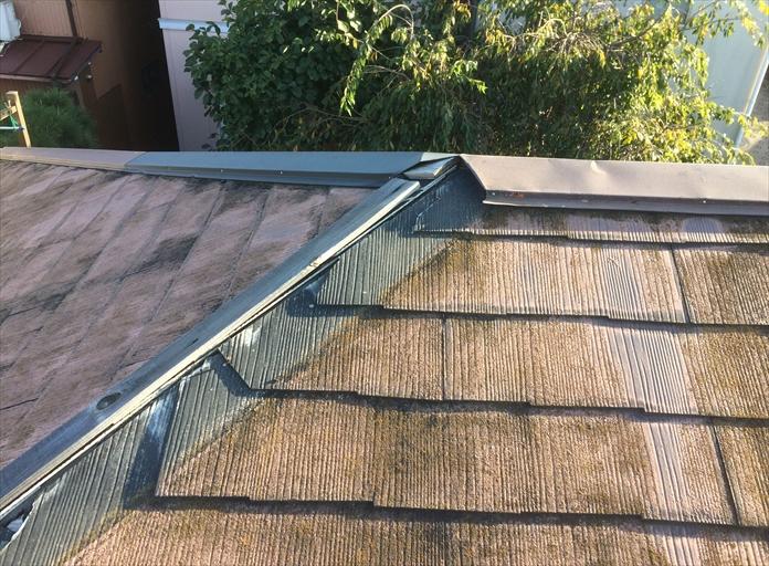 棟板金が外れたスレート屋根
