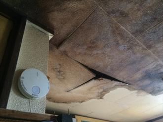 天井が濡れすぎて柔らかくなっている