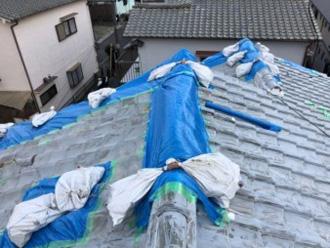 地震で崩れた棟瓦の仮養生