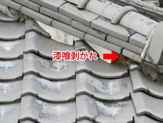 棟の漆喰が剥がれている