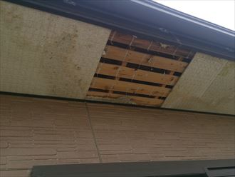 軒天材が剥がれた箇所