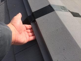 棟板金とスレートの間に指が入るほどの隙間