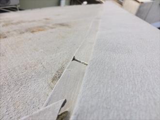逗子市沼間でスレート屋根の棟板金を点検、風に煽られて外れそうでした