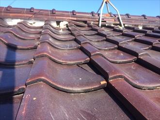 海老名市社家の瓦屋根は、瓦が割れて棟に詰められた漆喰が無くなっておりました