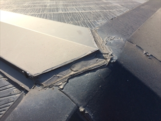 横浜市保土ヶ谷区仏向町でスレート屋根の点検、棟板金とスレートの隙間にコーキングが打たれてました