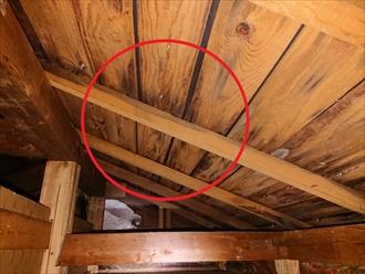 横浜市旭区中白根にて築30年以上経過したスレート葺き屋根から雨漏り、原因は屋根塗装工事の施工不良にありました