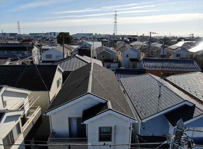 アスファルトシングルの屋根をドローンで調査