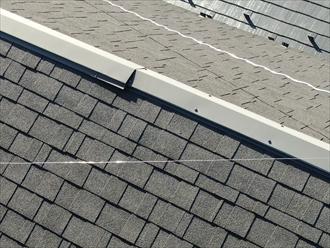 アスファルトシングルの屋根で棟板金の異常を確認しました