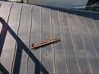 破風板も破損し屋根に落下していた