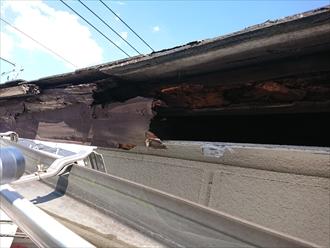 横浜市港南区大久保にてスレート屋根調査、雨漏りが軒先の鼻隠し板を腐食させてしまっておりました