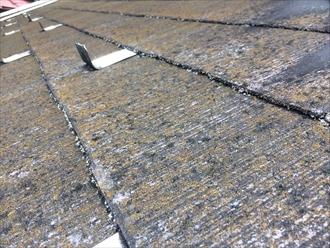 横浜市都筑区荏田南で苔の繁殖したスレートの点検、スレートの表面が剥がれ出しておりました