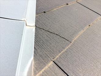 スレート屋根のスレートにひび割れが入っている