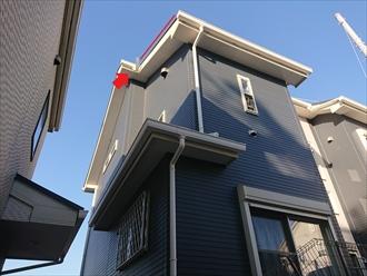 変則的な切妻屋根の軒から軒への呼び樋が外れていました