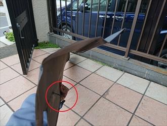 硬いガルバリウム鋼板製の袖瓦部の役物が簡単に曲がっている