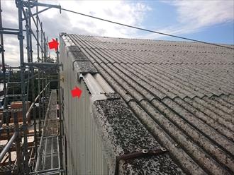 横浜市金沢区鳥浜にて強風被害を受けた大波スレートが使われた倉庫の調査、ケラバ役物が破損しており交換が必要です