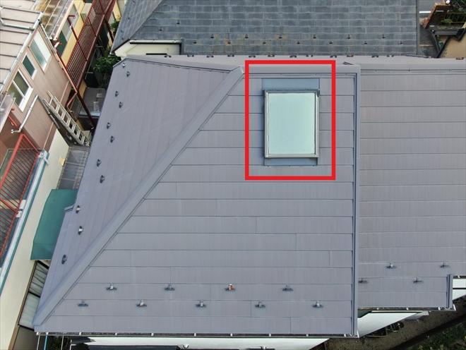 今回は天窓がある面のみ葺き直す工事を実施