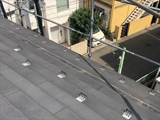 屋根に上がり腰折れ部分の破損を確認