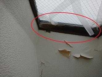 横浜市磯子区杉田では天窓廻りからの雨漏り調査、室内の木枠に腐食や白カビが繁殖している時はメンテナンスをしましょう