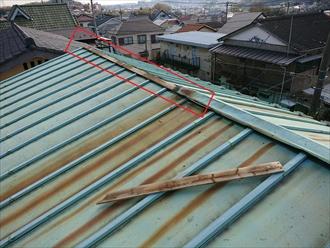瓦棒葺き屋根の棟が一部外れてしまっていた