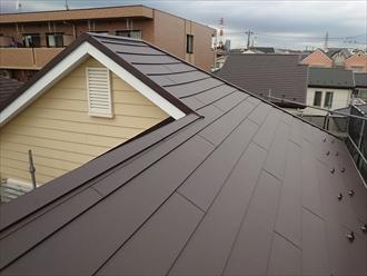 横浜市旭区本宿町にて縁切り不足で傷んだスレート屋根へスーパーガルテクト(Sシェイドブラウン)を使用した屋根カバー工事を行いました