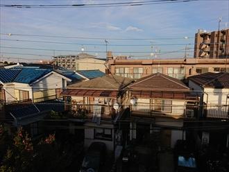 近所の屋根の棟がない