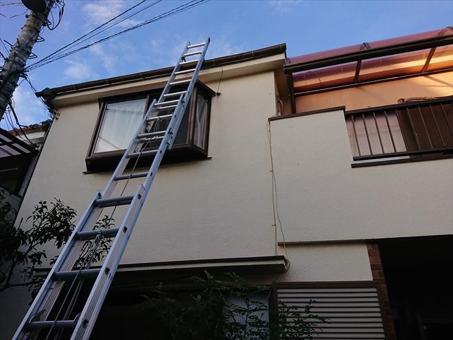 梯子をかけて点検調査