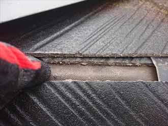 横浜市中区本牧元町にて築30年以上ノーメンテナンスのスレート屋根調査、隅棟の差し棟板金が外れており内部にある防水紙が傷んでおりました