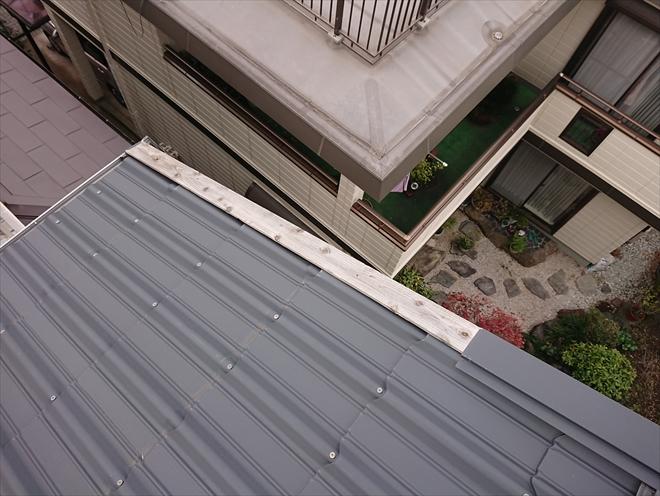 屋根に上がるとケラバの途中から軒先までの間の板金が外れてしまっている
