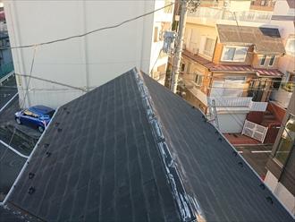 梯子をかけて屋根点検