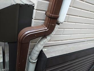 横浜市港北区富士塚にて汚れや落ち葉が詰まって雨水が流れなくなった軒樋と施工不良だった竪樋を部分交換、落ち葉除けネットも取り付けました